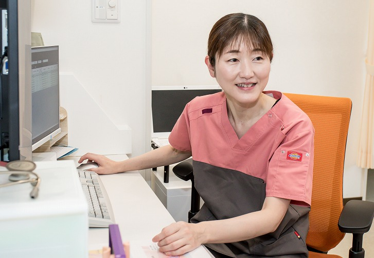 女性医師が大腸カメラ(大腸内視鏡検査)を実施します